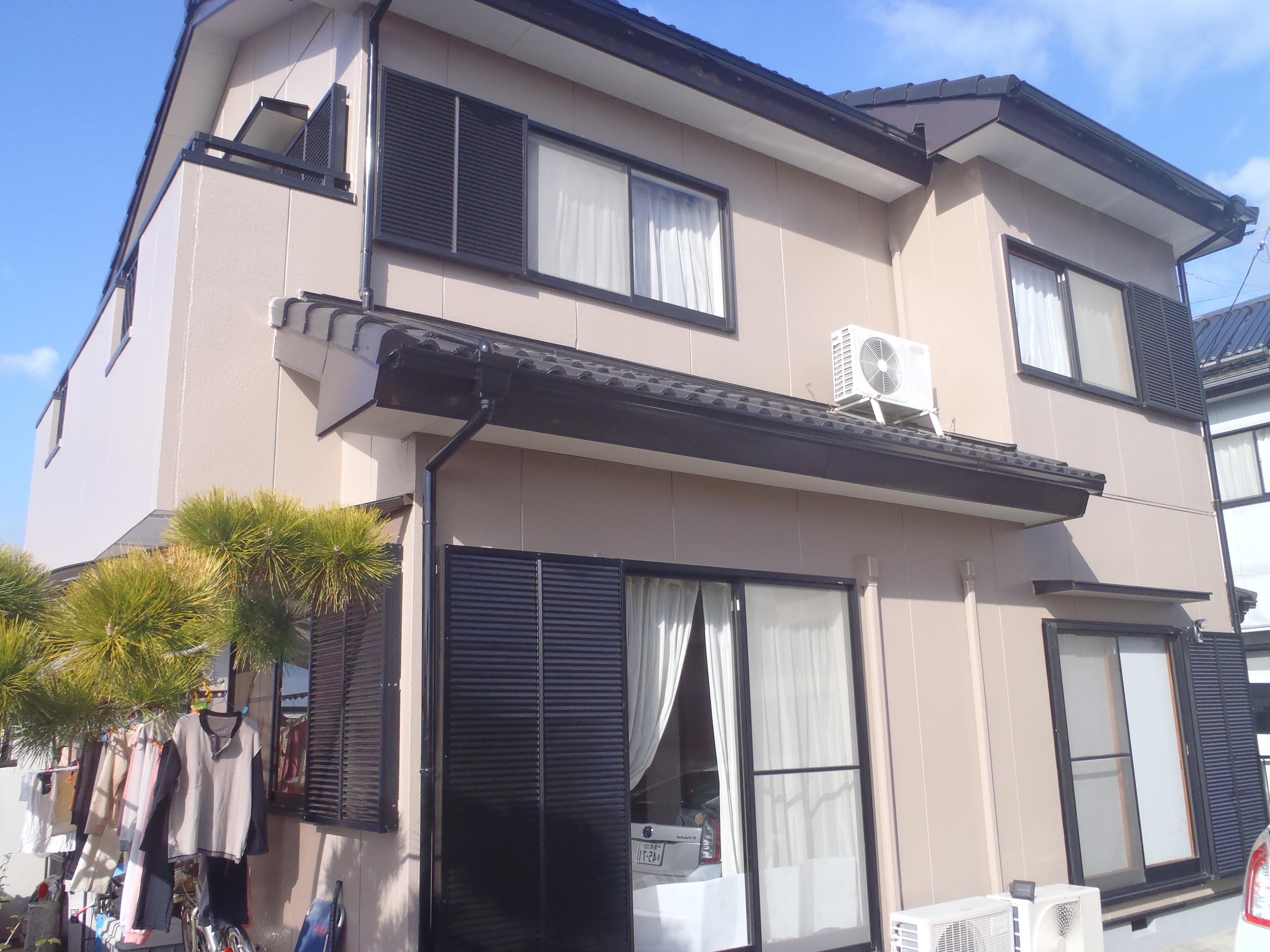 屋根、外壁ともに遮熱の塗料を使用しました。塗装のほかにも、外壁の補修、破風や鼻隠しの鈑金工事なども行い、とてもきれいに仕上がりました!