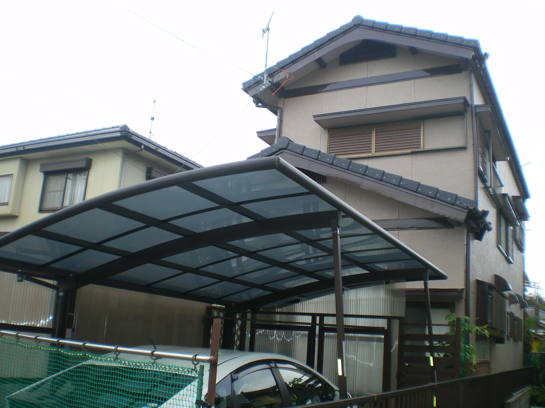 屋根も軽い屋根となり、ガラッとイメージが変わりました。外壁も防水塗料を塗ったので安心です!