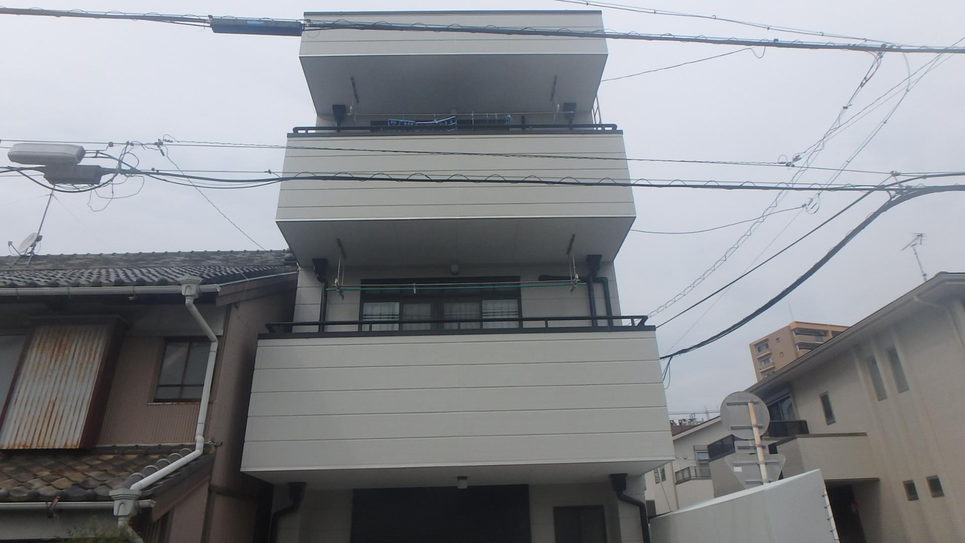 伸縮性のある塗料での施工なので、防水機能はバッチリです。 屋上の防水シートも、高耐久・高性能!!
